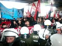 Bei der Demo gegen Sozialabbau: Polizei versucht ohne Erfolg FAU-Transparent zu stehlen