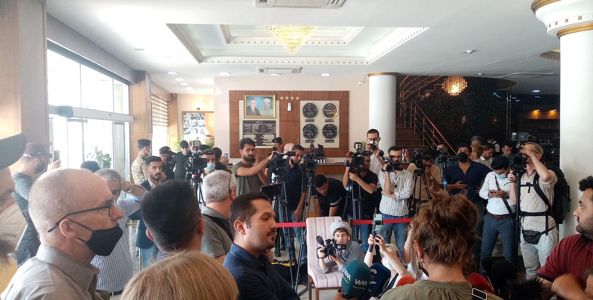 L'ensemble de la délégation de la paix dans le nord de l'Irak est actuellement retenu dans son hôtel. Cela empêche un rassemblement et une conférence de presse devant la représentation de l'ONU à Erbil, comme l'avait promis hier un représentant du gouvernement. Une trentaine de Peshmerga armés de fusils d'assaut retiennent actuellement dans leur hôtel les 60 membres de la délégation pour la paix dans le nord de l'Irak. Hier encore, la délégation avait rencontré le ministre des affaires étrangères de la région autonome du Kurdistan (PDK) et reçu une promesse pour le rassemblement. Actuellement, il semble y avoir un assouplissement de la détention, mais toutes les manifestations sont toujours interdites.